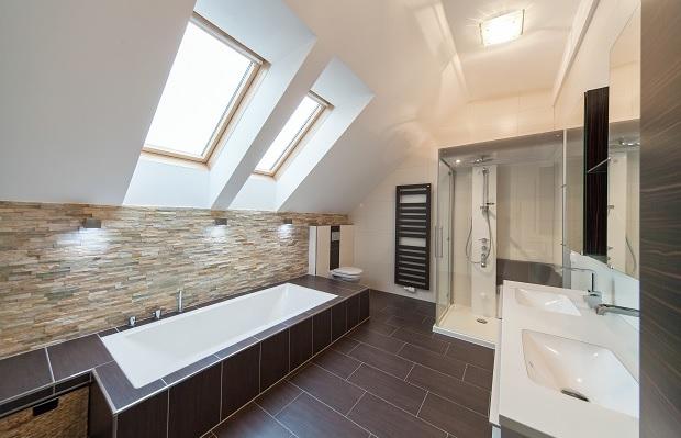 Die beste Raumnutzung in einem Bad mit Dachschräge ermöglicht eine Badewanne unter der Schräge.